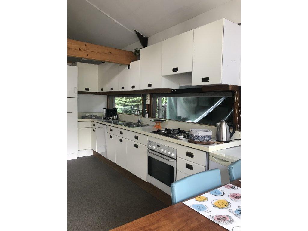 keuken met twee koelkasten ,magnetron,oven ,vaatwasser , senseo, waterkokewr etc.